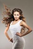 lång modell för hår Vågkrullningsfrisyr Skönhetkvinna med långt sunt och skinande slätt svart hår Updo f Royaltyfria Foton