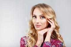 Lång modellkvinna för blont hår pärlor för blå för begrepp för bakgrundsskönhet blir grund naturliga over för behållare kosmetisk Arkivfoton