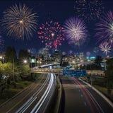 Lång nattexponering av trafik i i stadens centrum Portland med fyrverkerier på royaltyfria foton