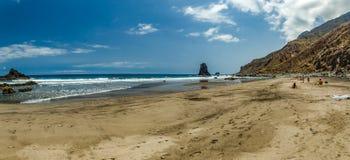 Lång naturlig strand Benijo med fotspår i sanden Lava vaggar i vattnet Bl? havshorisont, naturlig himmelbakgrund royaltyfria foton