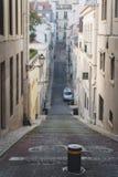 Lång och smal gata i chiadoen Lissabon, Portugal arkivfoto