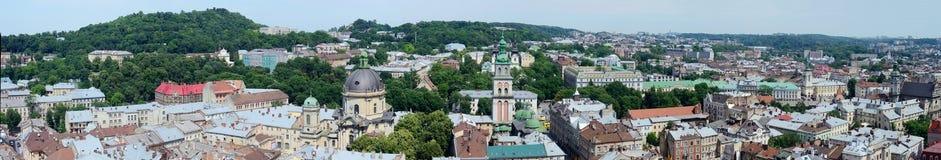 Lång panorama av Lvov (Lemberg) den gamla staden, västra Ukraina Arkivbild