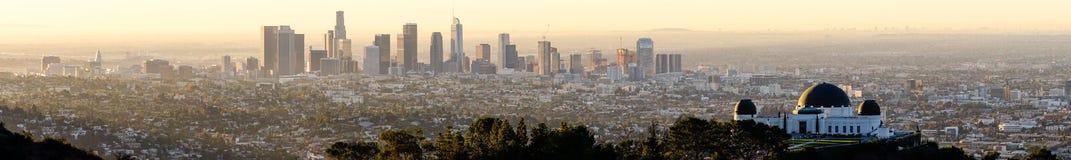 Lång panoramautsikt av kullarna och observatoriet i LA Royaltyfria Foton
