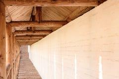 Lång passage i kloster på bakgrunden av densten väggen arkivfoton