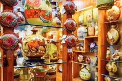 Lång räcka av vaser för traditionell kines på keramik shoppar Arkivbilder