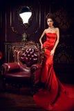 Lång röd klänning fotografering för bildbyråer