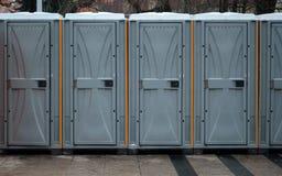 Lång rad av mobila toaletter utanför i staden Bio toaletter utomhus arkivfoto