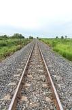 Lång rak järnväg på konkreta längsgående stödbjälke royaltyfri fotografi
