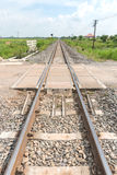 Lång rak järnväg på konkreta längsgående stödbjälke arkivfoto