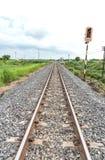 Lång rak järnväg på konkreta längsgående stödbjälke royaltyfri bild