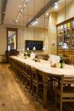 lång restaurangtabell fotografering för bildbyråer