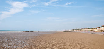 Lång sandig strand Royaltyfria Foton