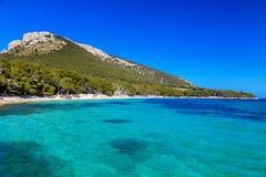 Lång sandig strand Cala Pi de La Posada Arkivbilder