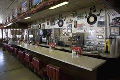 Lång sikt av countertopen på det Hokes kafét arkivbilder