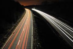 Lång slutarehastighet av bilar tänder på vägen Fotografering för Bildbyråer