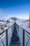 Lång stålbro på överkanten av ett berg Royaltyfri Foto