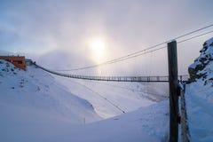 Lång stålbro på överkanten av ett berg Arkivfoto