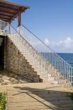 Lång stentrappa med många moment på en havsbakgrund Royaltyfri Bild
