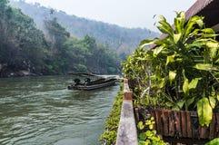Lång-svans fartyg i floden Kwai Fotografering för Bildbyråer