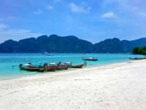 Lång-svans fartyg på en strand av Koh Phi Phi Don, Phi Phi Islands, Thailand royaltyfria bilder