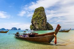 Lång-svans fartyg på Railay sätter på land i Krabi, Thailand royaltyfria bilder
