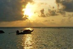 Lång-svansen fartyget väntar på dess kunder med orange himmel som tillbaka mald Arkivfoton