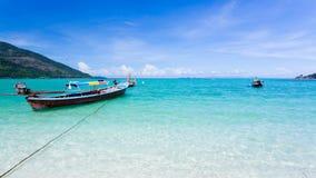 Lång-tailed fartyg på Bundhaya strandKoh LIPE Royaltyfri Foto