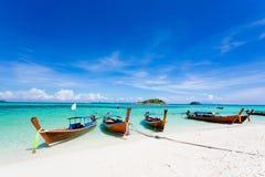 Lång-tailed fartyg på Bundhaya strandKoh LIPE Arkivbild