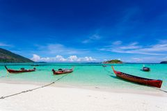 Lång-tailed fartyg på Bundhaya strandKoh LIPE Arkivfoton