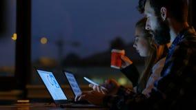 Lång tid för livsstil för kontorsarbetare som sent arbetar stock video