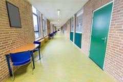 Lång tom korridor i högskolaskolabyggnad royaltyfri fotografi