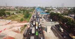 Lång trafikstockning i Jakarta-Cikampek avgiftväg stock video
