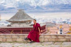 Lång ungdom Cole Temple i Litang County, Kina arkivbilder