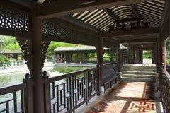 lång utomhus- park för korridor Royaltyfria Bilder