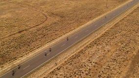 Lång väg med att cykla för folk stock video