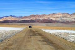 Lång väg till och med Death Valley Arkivbilder
