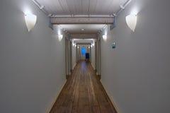 Lång vit korridor av ett trähus Royaltyfria Bilder