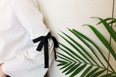 Lång vit muff med svarta detaljer för radflugastil Slut upp det moderiktiga mode- och gräsplanbladet Royaltyfri Foto