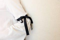Lång vit muff med svarta detaljer för radflugastil Slut upp moderiktigt mode arkivbild