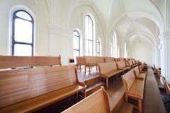 Långa bänkar i evangelikal Lutherandomkyrka Royaltyfria Bilder