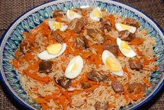 Långa basmati ris med grönsaker och kött som kryddas med, sörjer muttrar och kryddor fotografering för bildbyråer