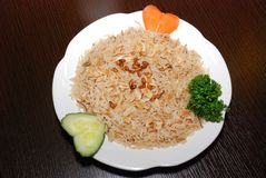 Långa basmati ris med grönsaker och kött som kryddas med, sörjer muttrar och kryddor royaltyfri fotografi