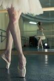 Långa ben av ballerina i toeshoe Royaltyfri Foto