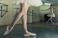 Långa ben av ballerina i toeshoe Fotografering för Bildbyråer