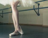 Långa ben av ballerina i toeshoe Arkivbild