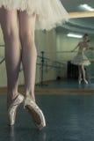 Långa ben av ballerina i toeshoe Arkivfoto