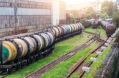 Långa drev av ett drev av cisterner med bränsleolja på en järnväg Royaltyfri Fotografi