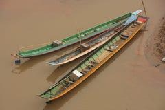 Långa fartyg på en flod, nordliga Laos Arkivfoto
