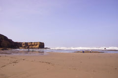 Långa inrullande havsvågor söker kusten Royaltyfria Foton
