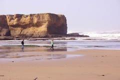 Långa inrullande havsvågor söker kusten Arkivbild